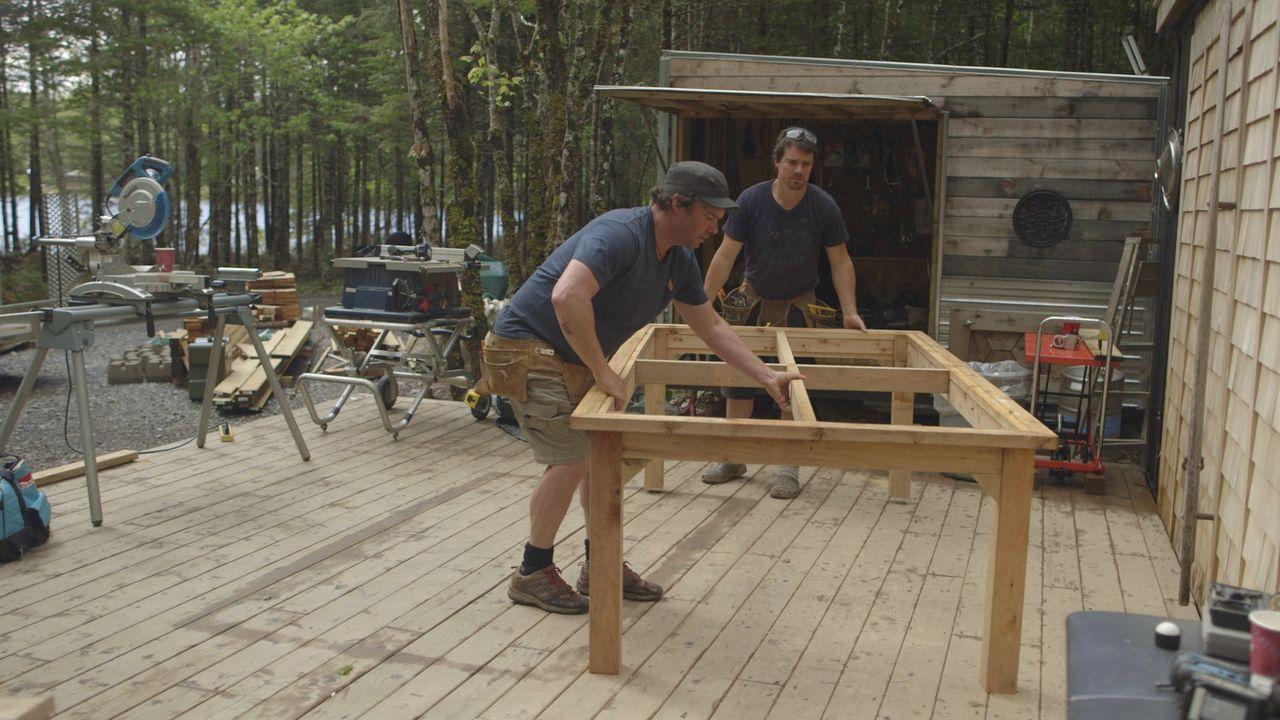 Voller Tatendrang packen Andrew (r.) und Kevin (l.) an. Ihre Rooftop-Party soll das perfekte Erlebnis werden ... - Bildquelle: Brojects Ontario Ltd./Brojects NS Ltd