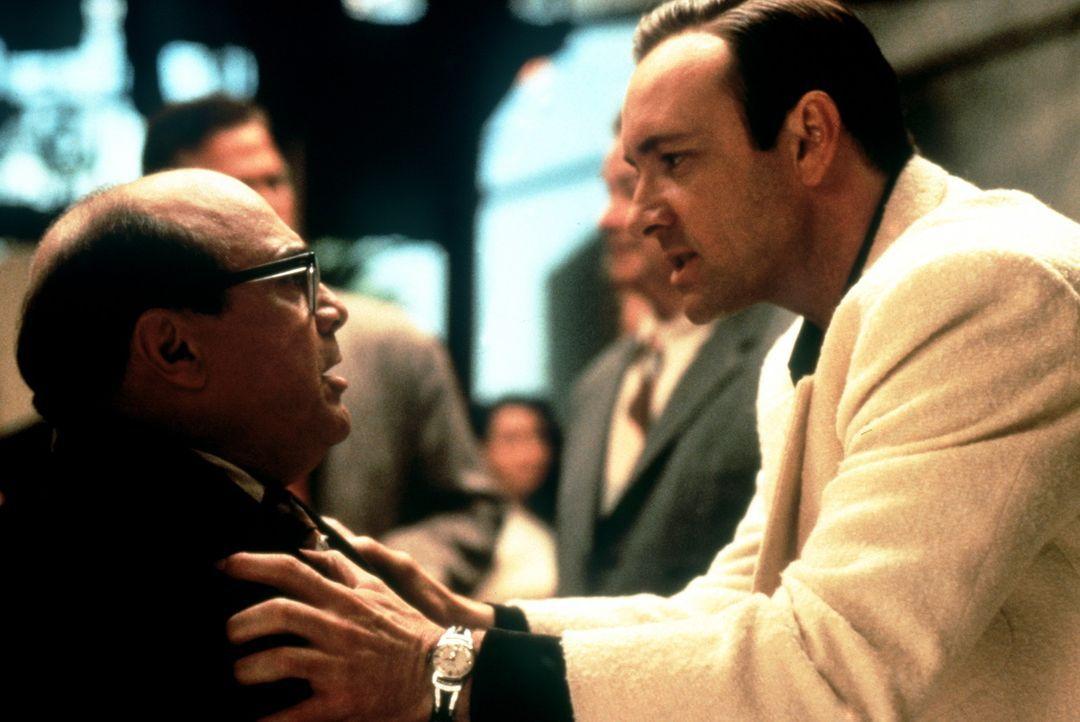 Der publicitysüchtige Jack (Kevin Spacey, r.) hat mit dem Reporter Sid (Danny DeVito, l.) offensichtlich ein Problem ... - Bildquelle: Warner Bros.