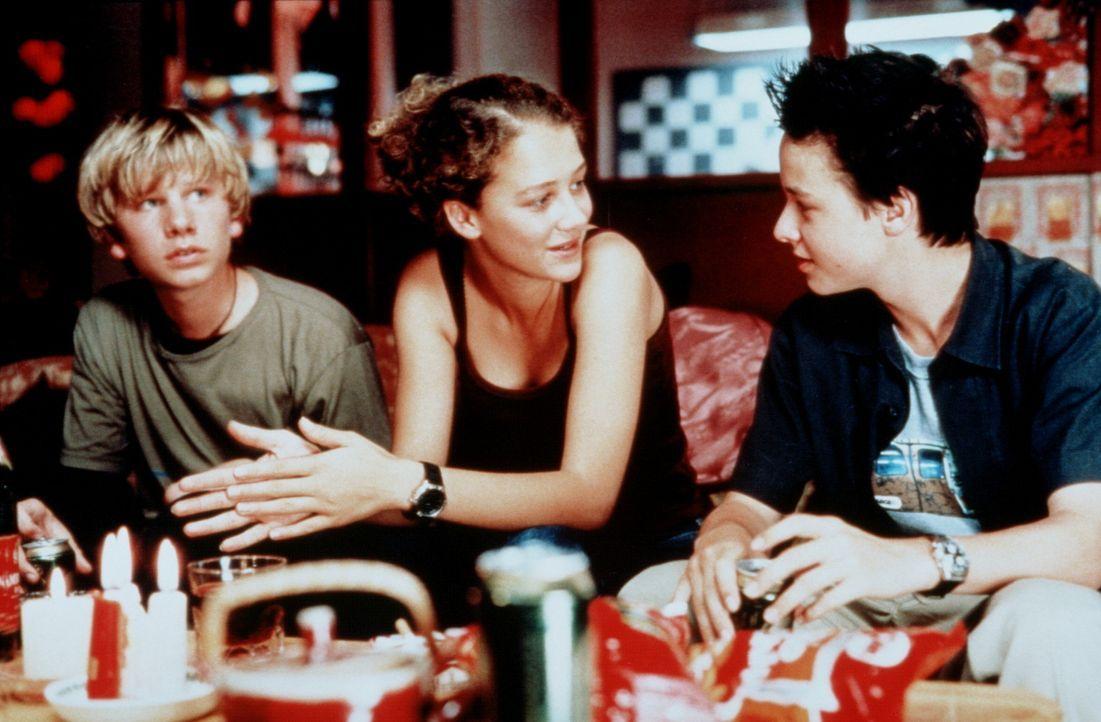 Die beiden Freunde Benjamin (Robert Stadlober, l.) und Janosch (Tom Schilling, r.) haben ein echtes Problem: Sie sind in dasselbe Mädchen (Oona Dev... - Bildquelle: Constantin Film