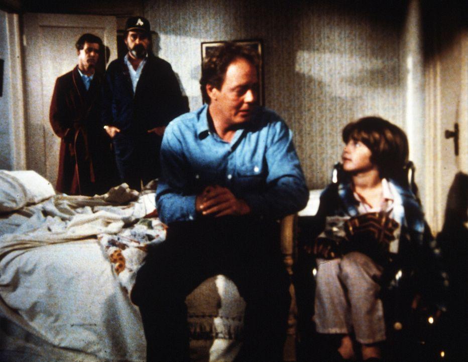 Selbst zu Weihnachten kennt der miese Eddie keine Gnade und entlässt den Vater des kleinen Bobby (r.) ... - Bildquelle: Worldvision Enterprises, Inc.