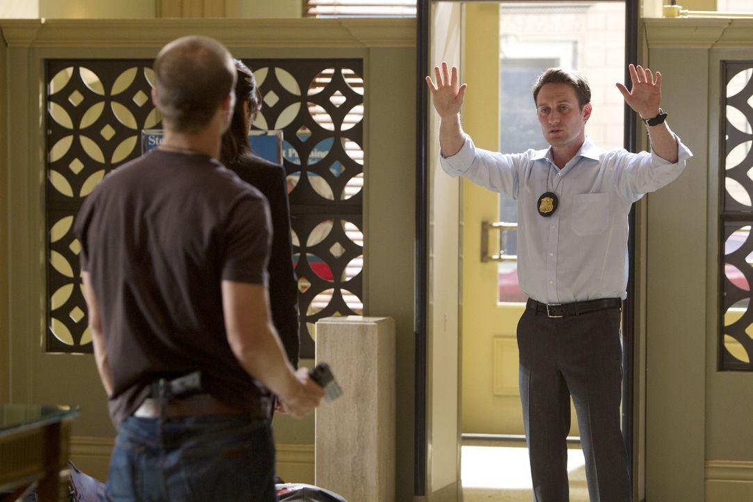 Detective William LaMontagne Jr. (Josh Stewart, r.) versucht, mit den Bankräubern zu verhandeln, doch werden sich Chris (Evan Jones, l.) und Izzy (T... - Bildquelle: ABC Studios
