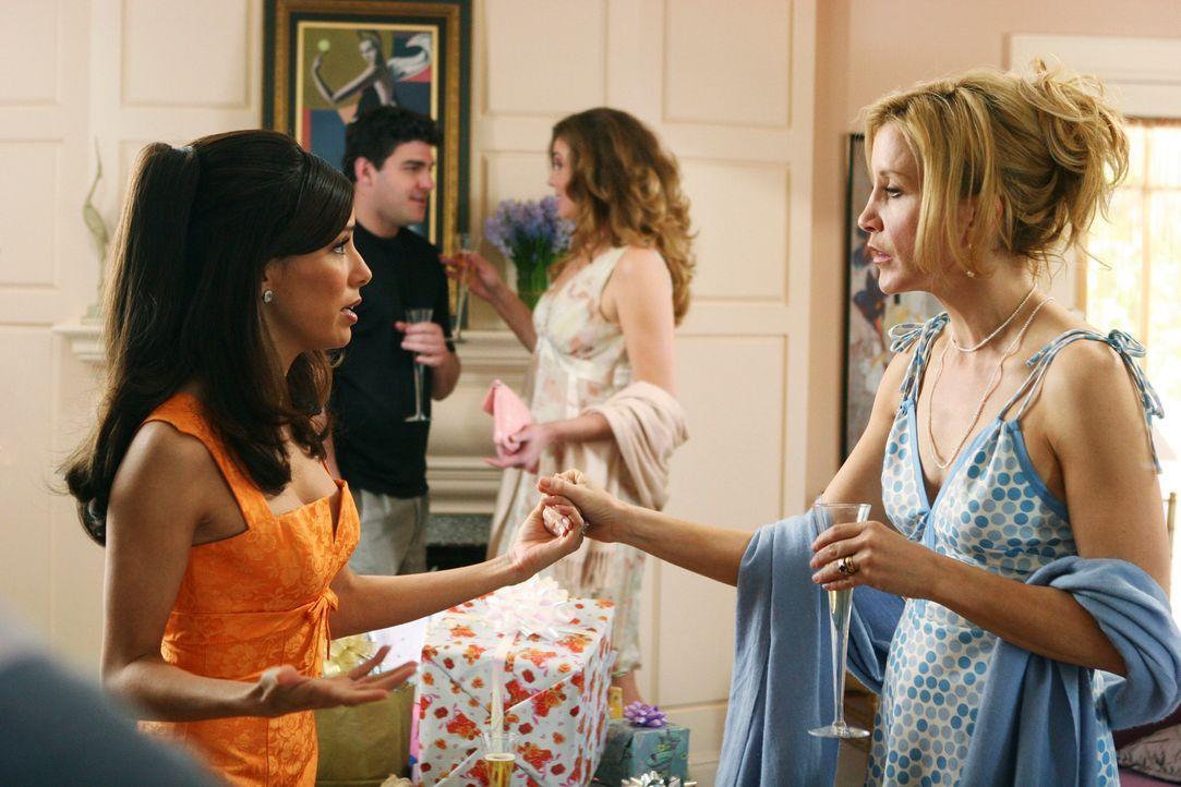 Gabrielle (Eva Longoria l.) ist total nervös, als sie auf der Verlobungsfeier von Edie und Karl erfährt, dass bei Libby die Wehen eingesetzt haben.... - Bildquelle: 2005 Touchstone Television  All Rights Reserved