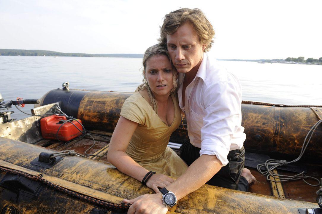 Tom (Patrick Kalupa, r.) hat es gerade noch rechzeitig geschafft, um seine Anna (Jeanette Biedermann, l.) aus dem Wasser zu retten. Doch wie steht e... - Bildquelle: SAT.1