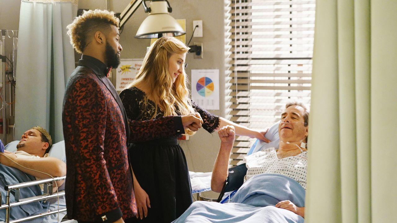 Während sich Christa ihrer Beziehung mit Neal nicht mehr sicher ist, als dessen Ex-Freundin, im Krankenhaus auftaucht, hofft Mia (Emily Bridges, M.)... - Bildquelle: 2016 ABC Studios. All rights reserved.