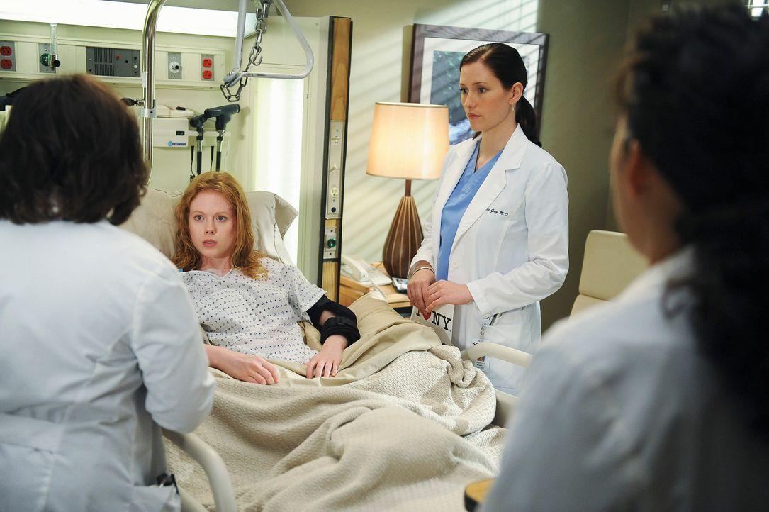 Während Clara (Zoe Boyle, 2.v.l.) anbietet, endlich ihre Mutter anzurufen, wenn Lexie (Chyler Leigh, 2.v.r.) mit Mark zusammenzieht, haben Bailey (C... - Bildquelle: Touchstone Television