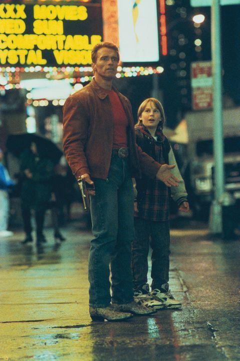 Aus der glamourösen Filmwelt mitten ins versiffte New York geschleudert: Slater (Arnold Schwarzenegger, l.) und Danny (Austin O'Brien, r.) ... - Bildquelle: Columbia Pictures