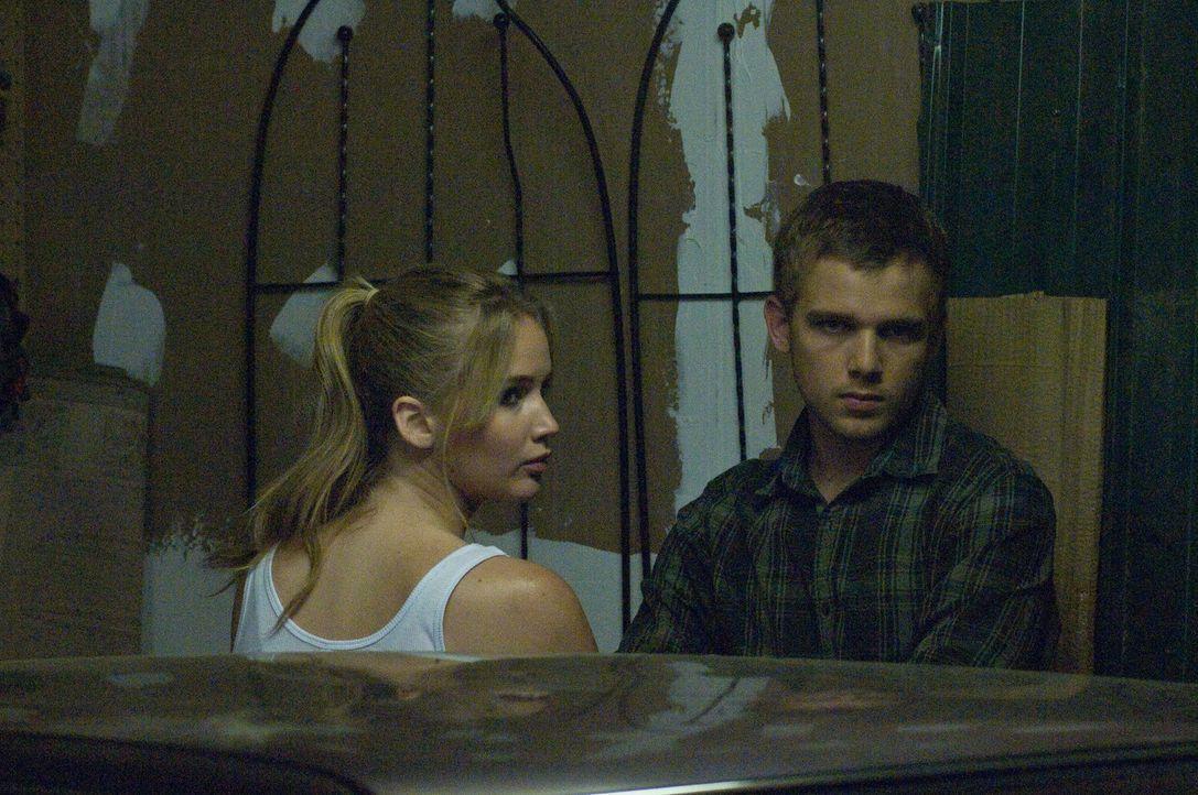 Hat Sarah Recht damit, dass Ryan (Max Thieriot, r.) ein furchtbarer Psychopath ist, oder kann Elissa (Jennifer Lawrence, l.) dem Außenseiter vertrau... - Bildquelle: Albert Camicioli 2011 HATES, LLC.  All Rights Reserved.