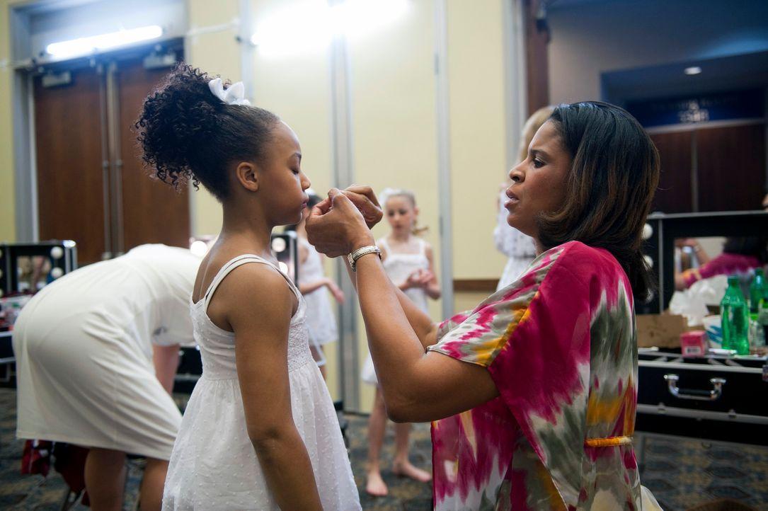 Holly (r.) bereitet ihre Tochter Nia (l.) für den bevorstehenden Auftritt vor. - Bildquelle: 2011 A&E Television Networks, LLC. All rights reserved.