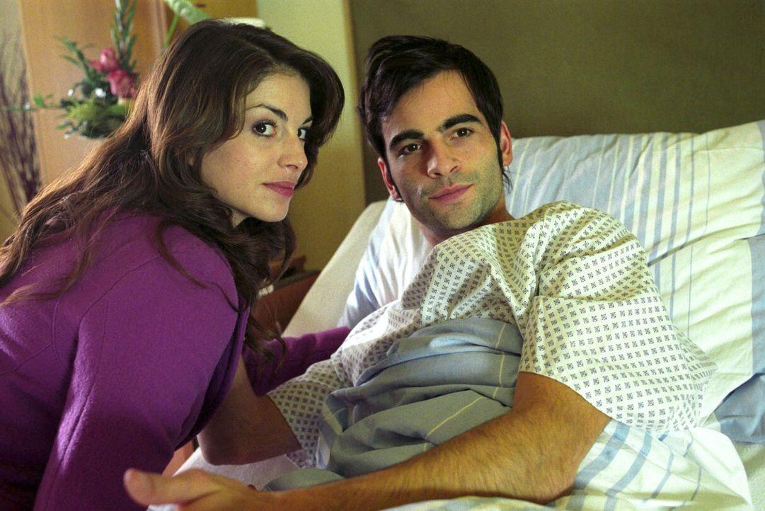 Mariella (Bianca Hein, l.) hat sich den Ausgang ihrer Verlobungsparty anders vorgestellt. Nun besucht sie David (Mathis Künzler, r.) im Krankenhaus... - Bildquelle: Sat.1
