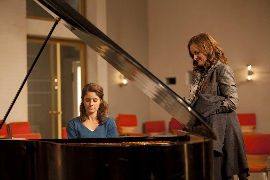 Gabriele (Marie Schneider, r.) bittet Bea (Vanessa Jung, l.), sich um Sophie und deren Probleme zu kümmern ... - Bildquelle: SAT.1