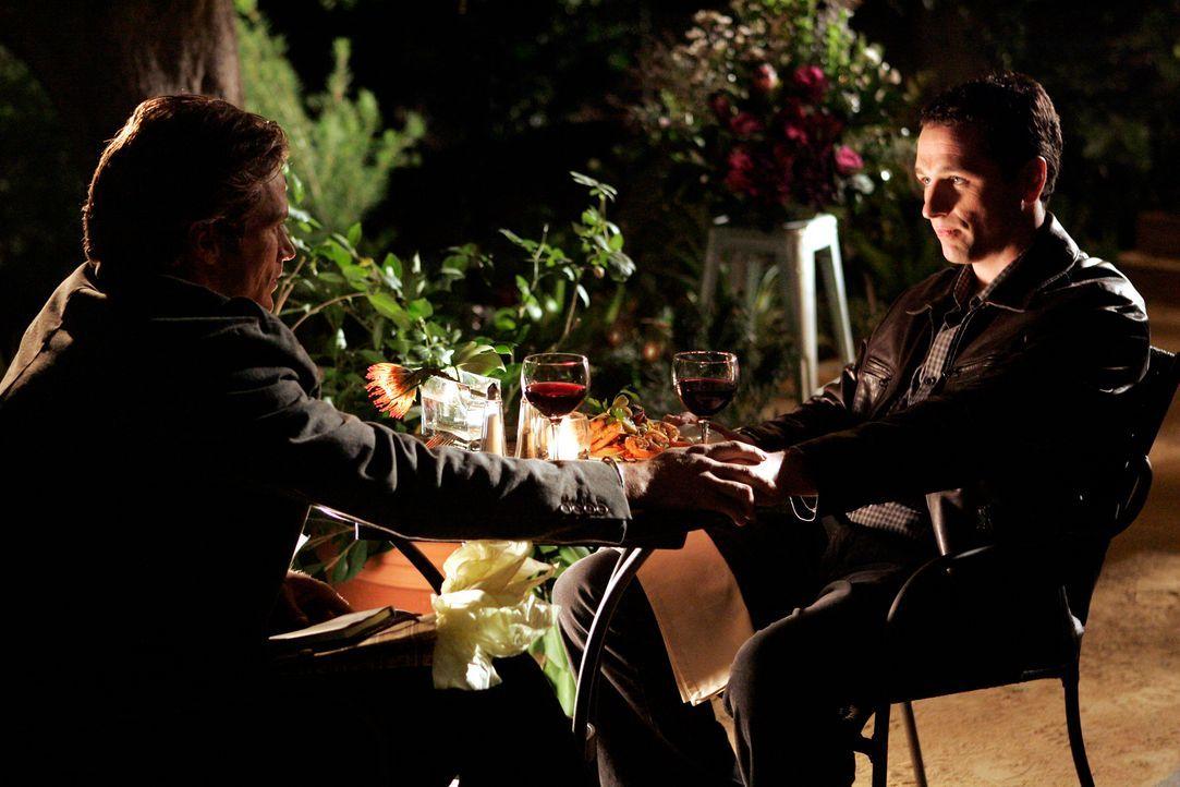 Chad (Jason Lewis, l.) möchte sich und seine Homosexualität nicht weiter verstecken, mit Kevin (Matthew Rhyswill, r.) will er zusammen glücklich... - Bildquelle: Disney - ABC International Television