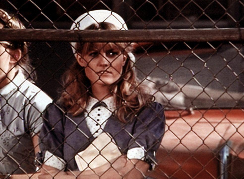 Cindy (Leslie Winston) ist nach Norfolk gereist, um ihren Mann Ben zu empfangen. - Bildquelle: WARNER BROS. INTERNATIONAL TELEVISION