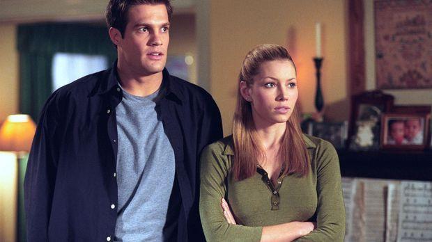 Mary (Jessica Biel, r.) kommt spontan aus Buffallo nach Glenoak, um ihren Elt...