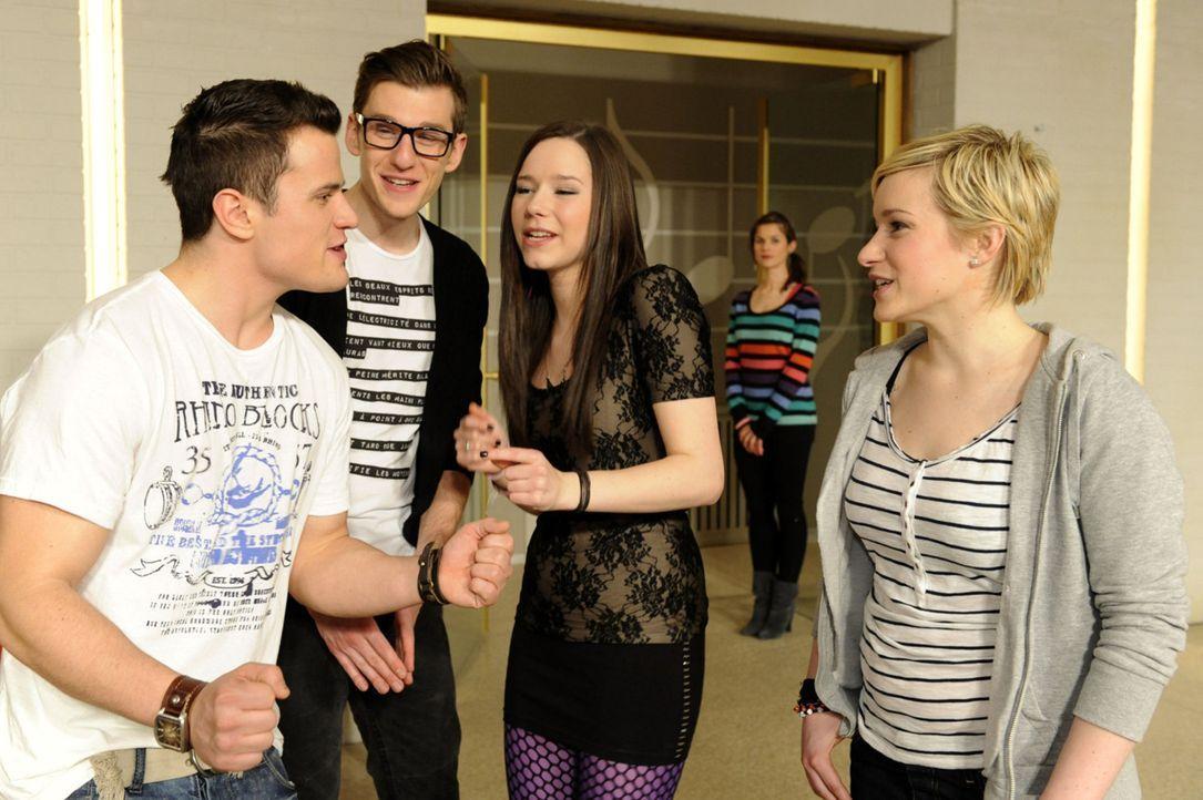 Die Proben in der Aula sind im vollen Gange: (v.l.n.r.) Timo (Rocco Stark), Hotte (Dennis Schigiol), Lucy (Selina Müller), Jenny (Lucy Scherer) und... - Bildquelle: SAT.1