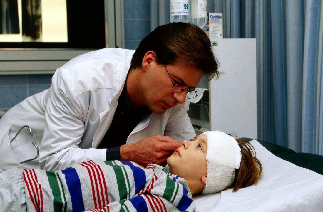 Dr. Lüders (Ralf Lindermann, l.) versucht, den kleinen Nico (Christoph Kozik, r.) zu beruhigen. - Bildquelle: Krajewsky Sat.1
