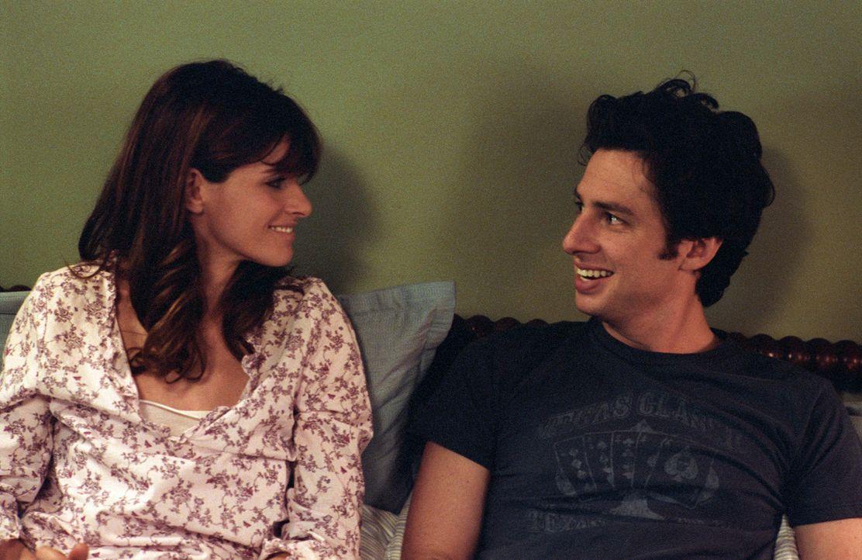 Als Anwältin Sofia (Amanda Peet, l.) schwanger wird, muss der arbeitsscheue Tom Reilly (Zach Braff, r.) in der Agentur seines Schwiegervaters anheu...