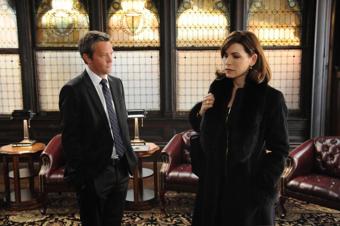 Mike Kresteva (Matthew Perry, l.) gibt Alicia (Julianna Margulies, r.) einen Rat, der sie zum Nachdenken bringt ... - Bildquelle: 2011 CBS Broadcasting Inc. All Rights Reserved.