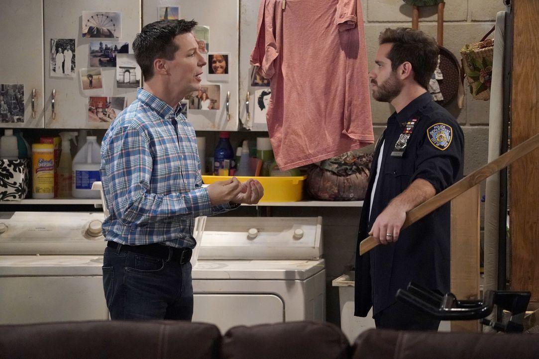 Während sich Drew (Ryan Pinkston, r.) Gedanken macht, ob er seiner Frau offenbaren sollte, dass er schwul ist, will Jack (Sean Hayes, l.) ihn um jed... - Bildquelle: Chris Haston 2017 NBCUniversal Media, LLC