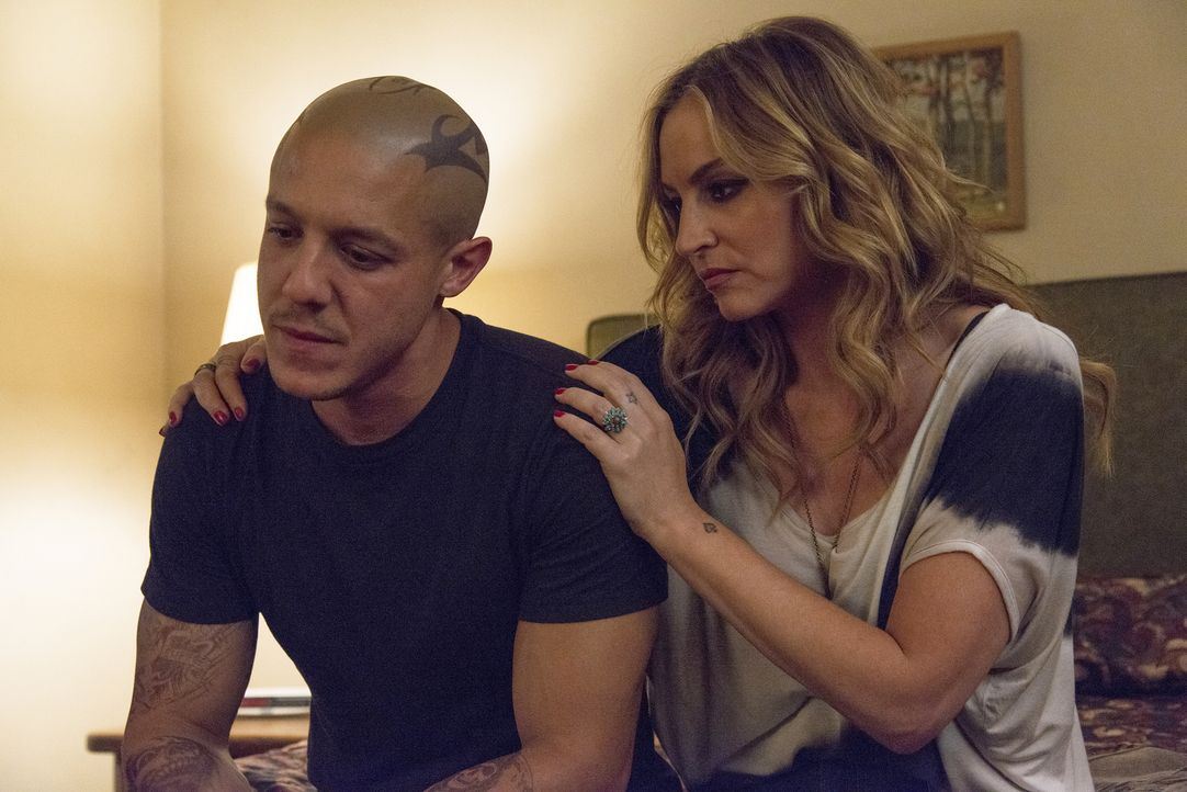 Welche Probleme hat Juice (Theo Rossi, l.), die ihn davon abhalten, alleine zu sein? Wendy (Drea de Matteo, r.) versucht ihm zu helfen ... - Bildquelle: Prashant Gupta 2013 Twentieth Century Fox Film Corporation and Bluebush Productions, LLC. All rights reserved.