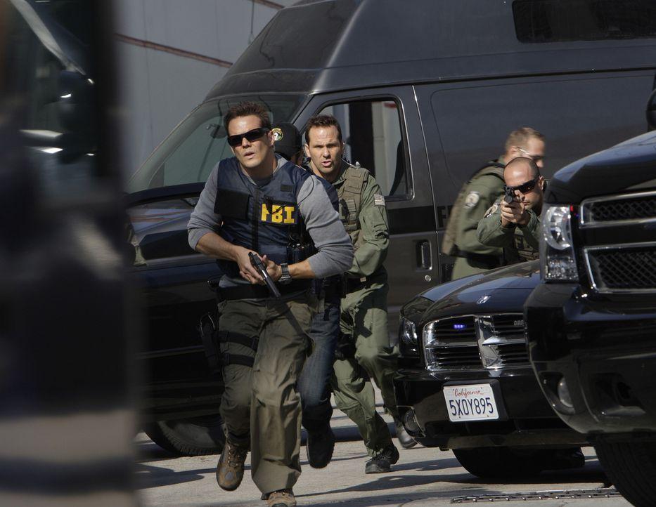 Colby (Dylan Bruno, vorne) und das Team geben Alles, um die Geiseln aus dem Bus zu befreien. Allerdings bleiben ihnen nur vier Stunden Zeit ... - Bildquelle: Paramount Network Television