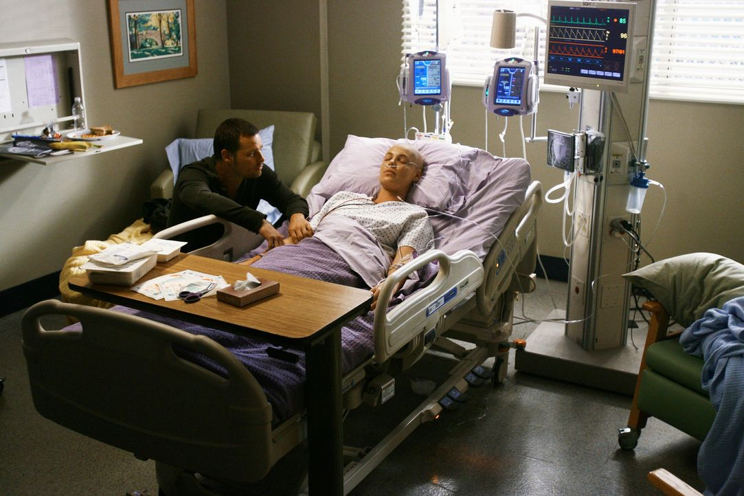 Als Izzie (Katherine Heigl, r.) nach der komplizierten Hirn-OP wieder aufwacht, währt die Erleichterung nicht lange. Derek konnte den Tumor zwar vo... - Bildquelle: Touchstone Television