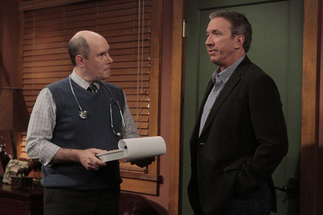 Mike (Tim Allen, r.) regt sich so sehr über die neue Frau seines Vaters auf, dass sein Blutdruck deutlich steigt. Er befürchtet, dass er beim Gesund... - Bildquelle: 2011 Twentieth Century Fox Film Corporation