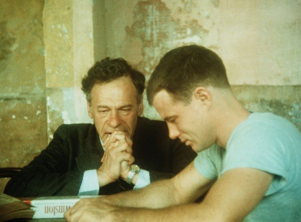 Mr. Hayes (Mike Kellin, l.) besucht seinen Sohn Billy (Brad Davis, r.) im Gefängnis. Ihm wird langsam aber sicher klar, dass die beiden sich wohl n... - Bildquelle: Sony Pictures Television International. All Rights Reserved.
