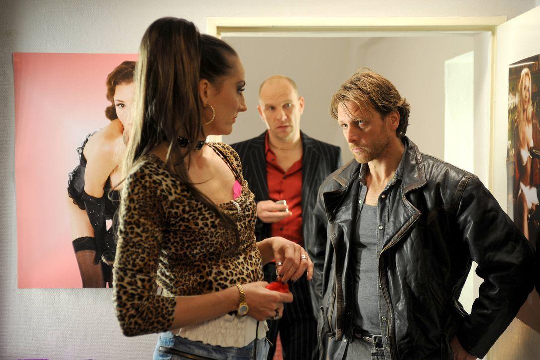 Schon bald wird Yvonne (Nicola Ransom, l.) klar, dass sich Karl (Hendrik Duryn, r.) in Anne verliebt hat - und er bei ihr nicht länger Schulden ein... - Bildquelle: Aki Pfeiffer SAT.1