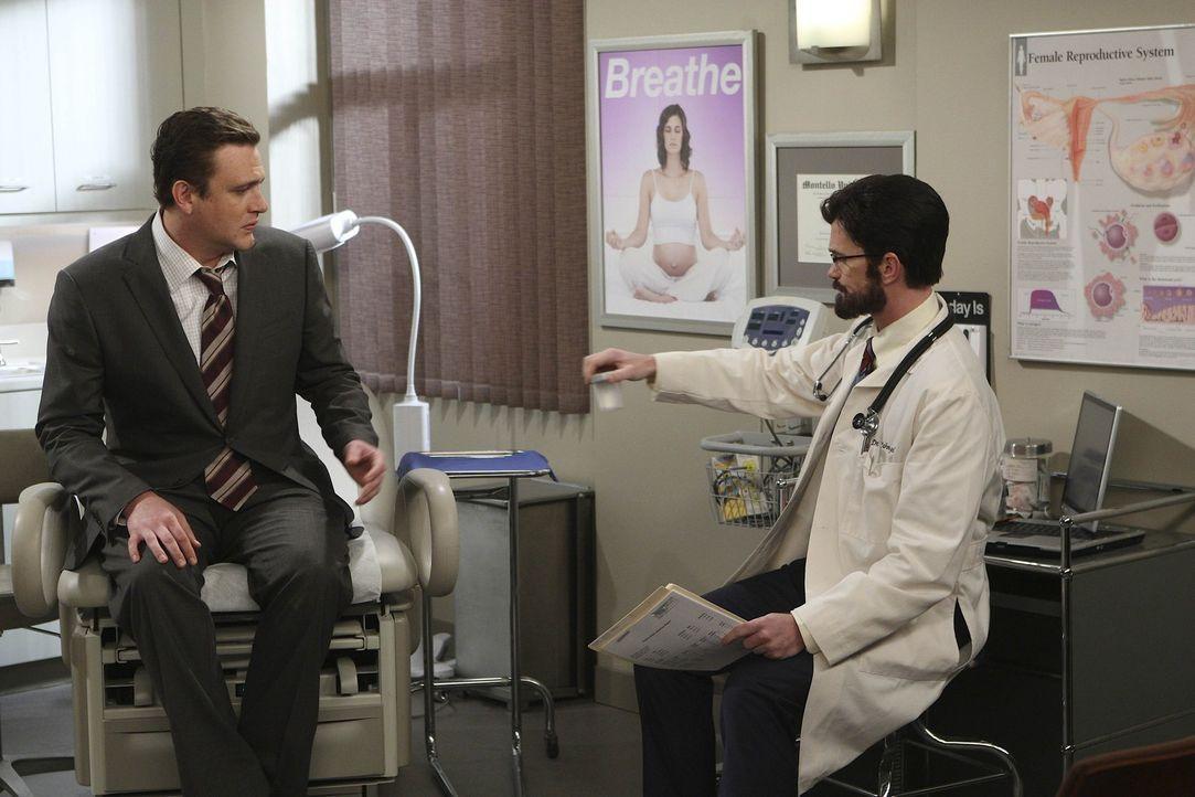 Als Lily und Marshall (Jason Segel, l.) eine Spezialisten (Neil Patrick Harris, r.) aufsuchen, da Lily nach einigen Monaten immer noch nicht schwang... - Bildquelle: 20th Century Fox International Television