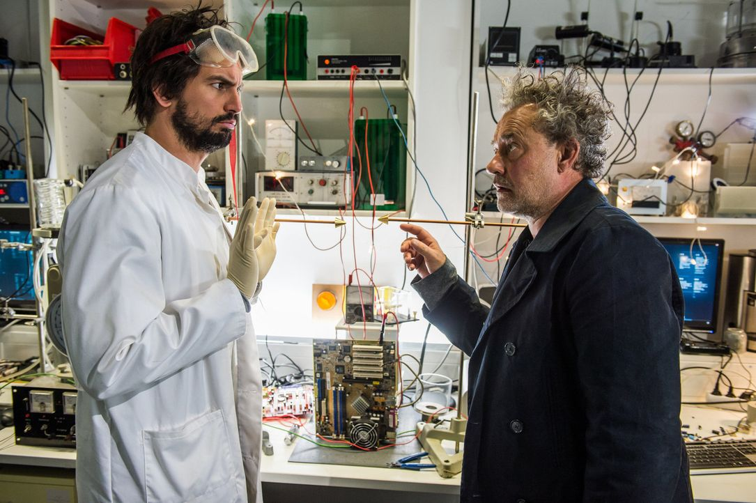 Getarnt als neuer Praktikant, entpuppt sich Kommissar Tremmel (Rolf Kanies, r.) nicht gerade als neuer Einstein, sorgt aber doch bei Felix (Tom Beck... - Bildquelle: Wolfgang Ennenbach SAT.1