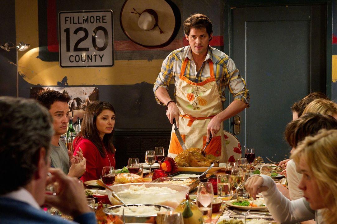 Cate (Shiri Appleby, 3.v.l.) und Baze (Kristoffer Polaha, M.) hatten sich ihr erstes Thanksgiving, das sie zusammen mit Lux feiern, etwas anders vor... - Bildquelle: The CW   2010 The CW Network, LLC. All Rights Reserved