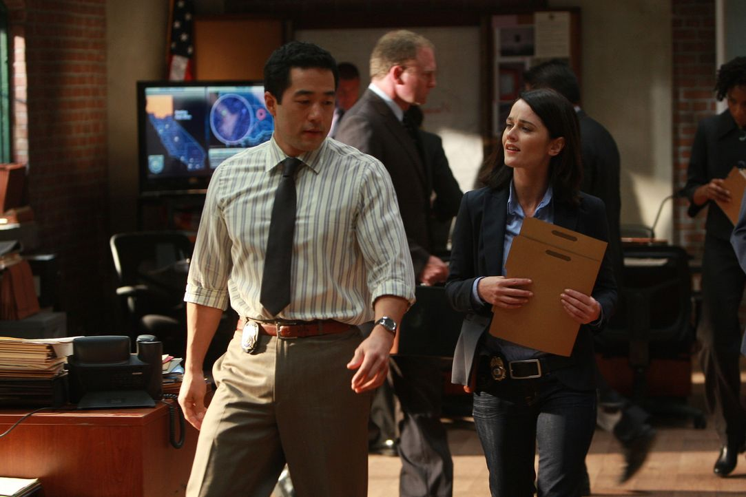 Kommen dem Rätsel um den Mord das reichen Investmentbanker Jason Sands immer näher: Kimball Cho (Tim Kang, l.) und Teresa Lisbon (Robin Tunney, r.... - Bildquelle: Warner Bros. Television