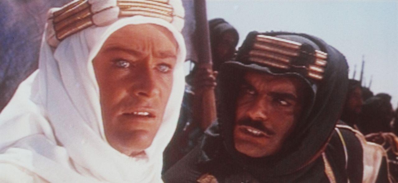 Der britische Offizier T. E. Lawrence (Peter O?Toole, l.) versucht Sherif Ali ibn el Kharisch (Omar Sharif, r.) zu überzeugen, sich mit weiteren ar... - Bildquelle: Columbia Pictures
