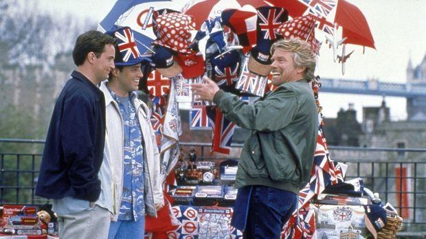Chandler (Matthew Perry, l.) und Joey (Matt LeBlanc, M.) spielen Touristen in...