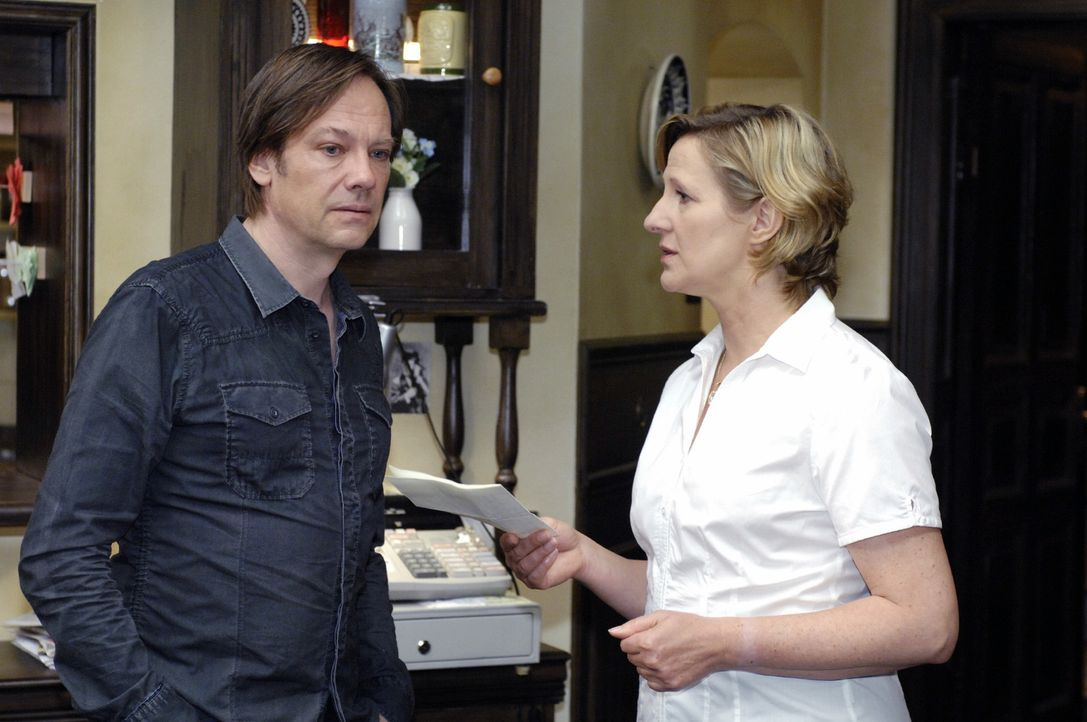 Susanne (Heike Jonca, r.) überrascht Armin (Rainer Will, l.) mit der Nachricht, dass Ingo lebt und ihr geschrieben hat. - Bildquelle: Oliver Ziebe Sat.1