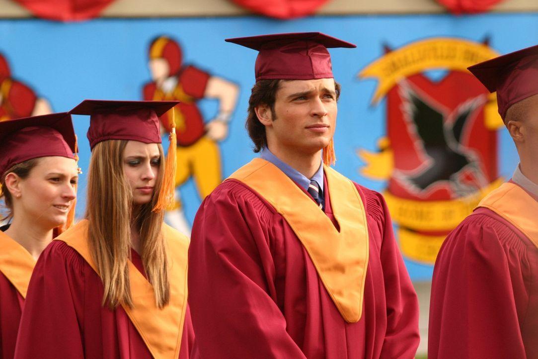 Während Clark (Tom Welling, M.) und seine Mitschüler sich auf die Abschiedszeremonie an der Smallville High vorbereiten, ahnen sie noch nicht, dass... - Bildquelle: Warner Bros.