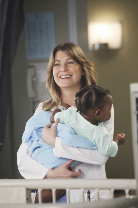 Werden sie und Derek die Chance bekommen, die kleine Zola (Darsteller unbekannt, vorne) zu adoptieren? Meredith (Ellen Pompeo, hinten) ... - Bildquelle: ABC Studios