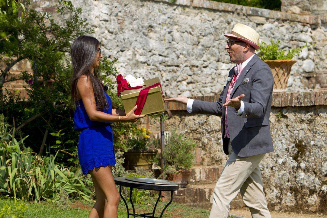 Wie wird Mariana (l.) das Kleid gefallen, das Thomas Rath (r.) ihr überbringt? Und viel wichtiger - wie wird es dem Millionär gefallen, mit dem si... - Bildquelle: Richard Hübner ProSieben