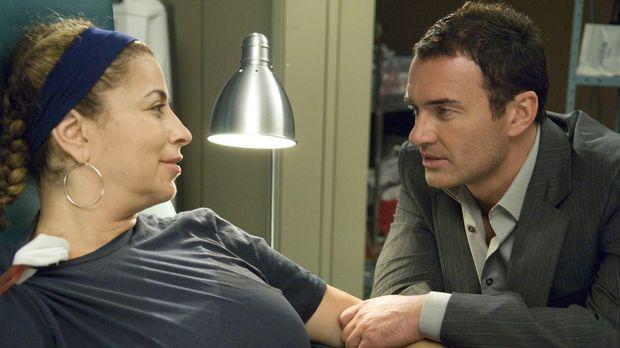 Liz (Roma Maffia, l.) bricht während einer Operation bewusstlos zusammen und...