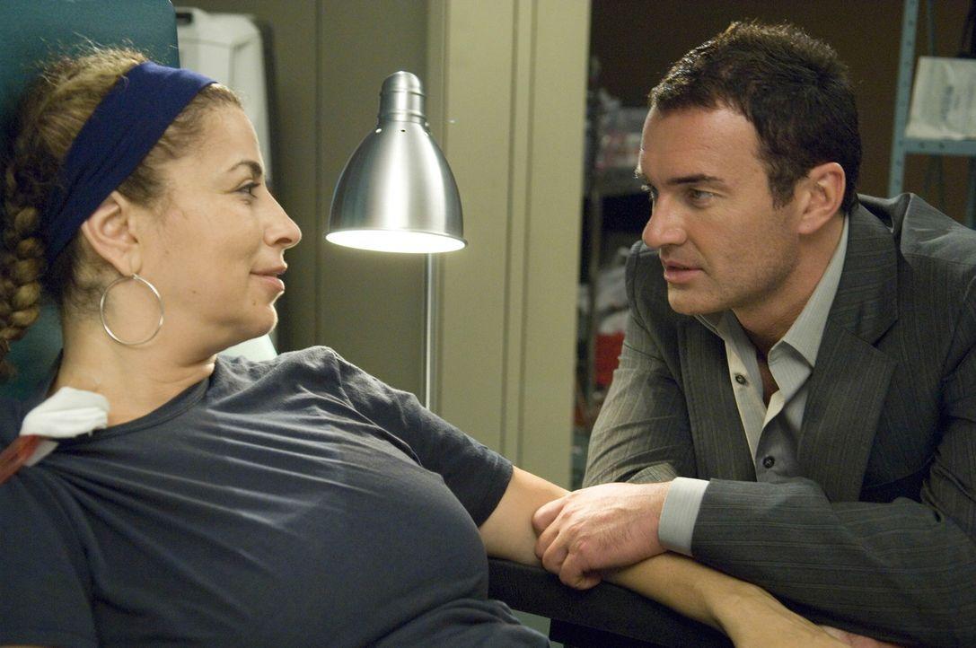 Liz (Roma Maffia, l.) bricht während einer Operation bewusstlos zusammen und erfährt im Krankenhaus, dass sie dringend eine neue Niere braucht, da... - Bildquelle: TM and   2004 Warner Bros. Entertainment Inc. All Rights Reserved.