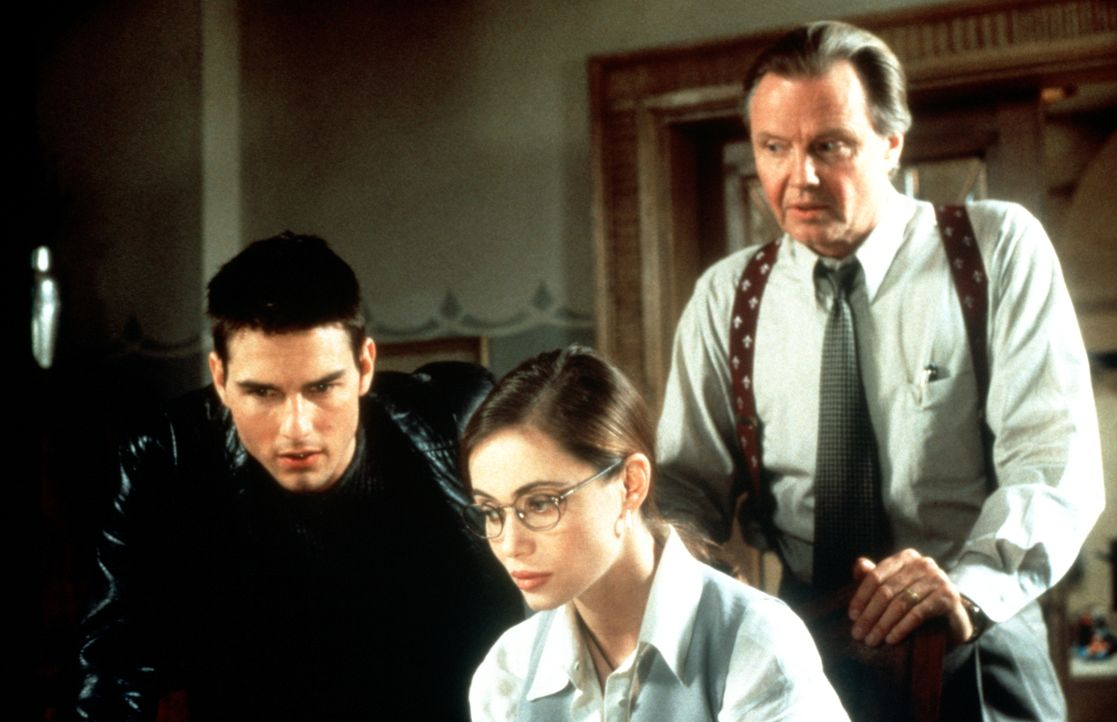 Die Mission in der Prager Botschaft gerät für die Agenten Ethan Hunt (Tom Cruise, l.), Claire (Emmanuelle Béart, M.) und Jim Phelps (Jon Voight, r.)... - Bildquelle: Paramount Pictures