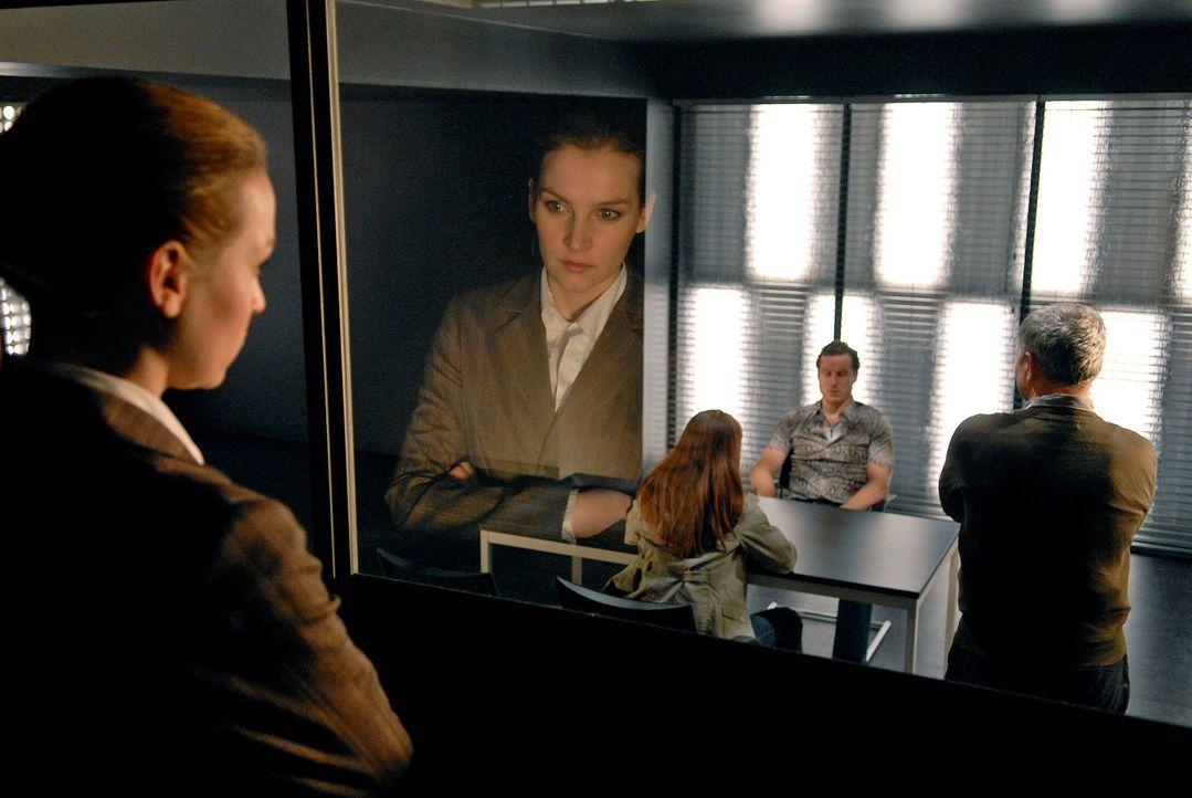 Verdeckt beobachtet Marie (Jana Klinge, l.) ihre Kollegen Katja (Catherine Bode, 2.v.l.) und Paul (Hansa Czypionka, r.) bei der Befragung des Kneipe... - Bildquelle: Christoph Assmann Sat.1