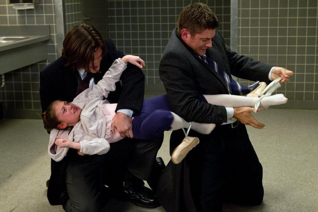 Als Dean (Jensen Ackles, r.) und Sam (Jared Padalecki, M.) in einem neuen Fall ermitteln, finden sie heraus, dass ihre Ballettschuhe mit einem Fluch... - Bildquelle: Warner Bros. Television