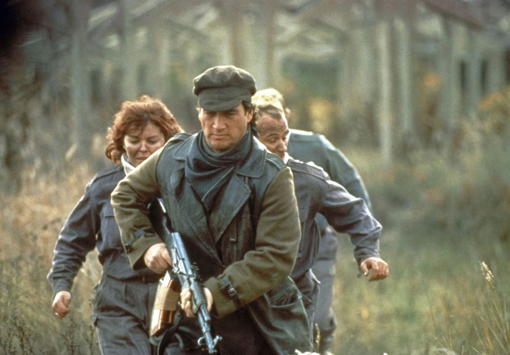 Zusammen mit einer kleinen Gruppe Verbündeter macht sich Shane Royce (James Belushi, vorne) auf in den Kampf gegen die Aufständischen ... - Bildquelle: Showtime Networks Inc.
