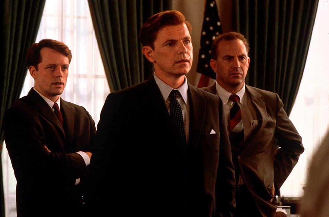 Für Kenneth P. O'Donnell (Kevin Costner, r.), den persönlichen Sicherheitsberater von Präsident John F. Kennedy (Bruce Greenwood, M.) und ehemali... - Bildquelle: TM &   2001 NEW LINE PRODUCTIONS. INC.  ALL RIGHTS RESERVED.