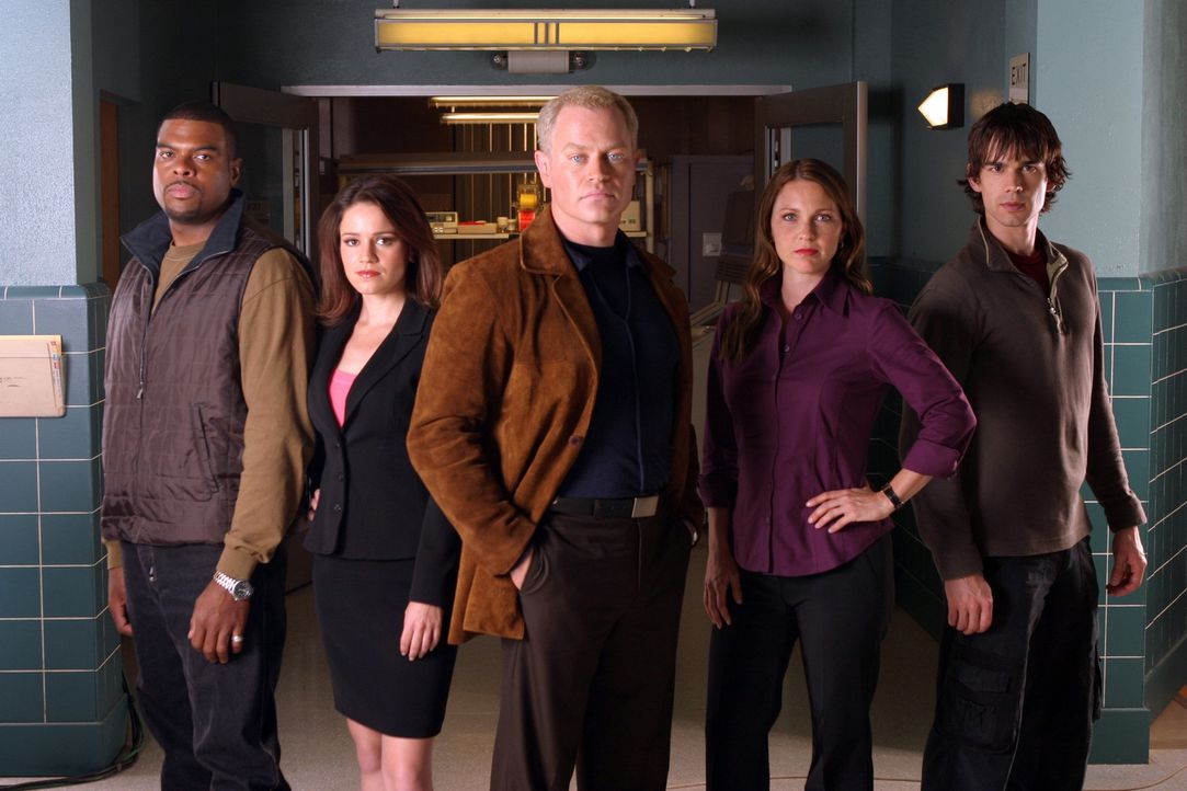 (1. Staffel) - Lösen außergewöhnliche medizinische Fälle: Frank Powell (Troy Winbush, l.), Eva Rossi (Anna Belknap, 2.v.l.), Dr. Stephen Connor... - Bildquelle: CBS Television