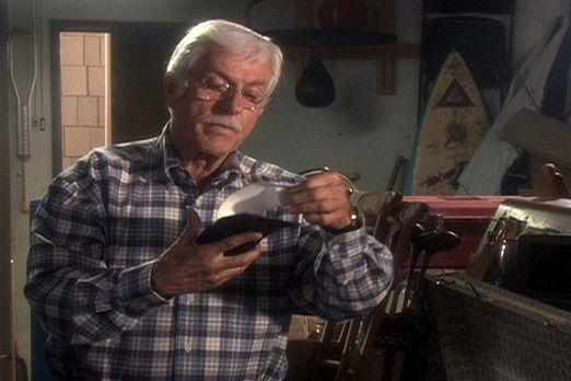 Dr. Mark Sloan (Dick Van Dyke) entdeckt in einem Abstellraum eine interessant...