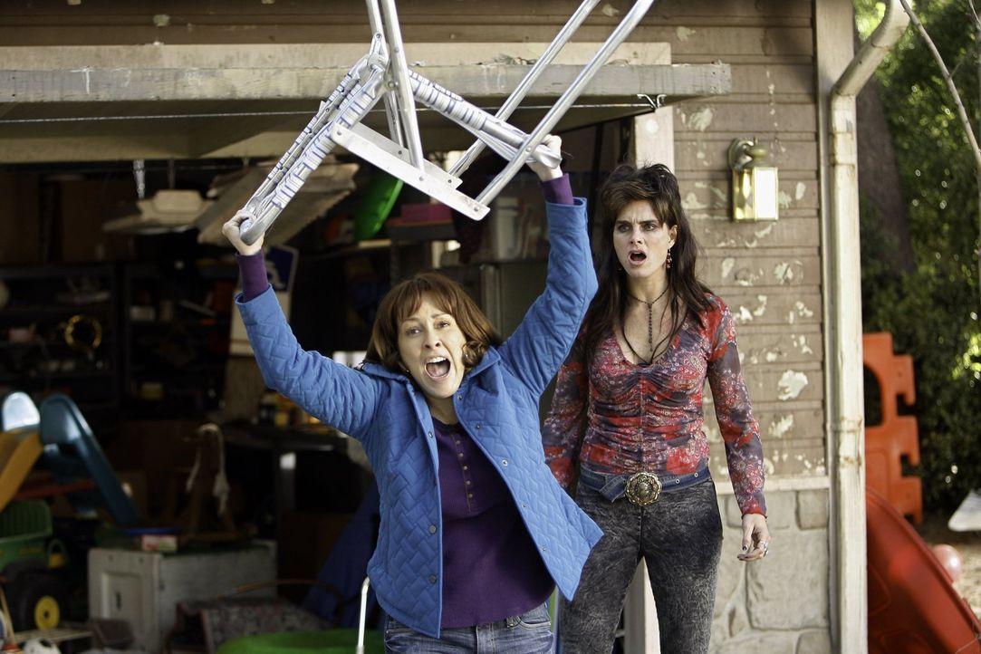 Hat ihren Kampfgeist entdeckt: Frankie (Patricia Heaton, l.) geht auf ihre Nachbarin Rita (Brooke Shields, r.) los ... - Bildquelle: Warner Brothers