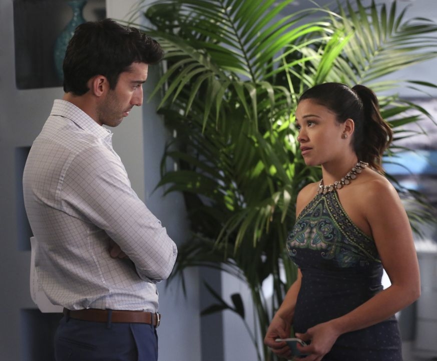 Erhalten Neuigkeiten hinsichtlich des Gesundheitszustandes ihres Babys: Jane (Gina Rodriguez, r.) und Rafael (Justin Baldoni, l.) ... - Bildquelle: 2014 The CW Network, LLC. All rights reserved.