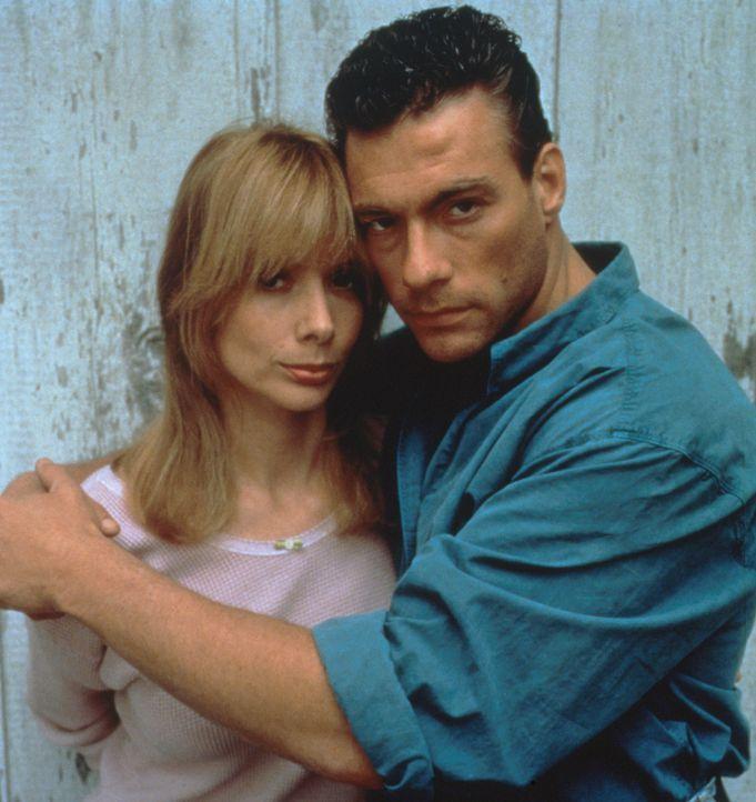 Zwischen dem entflohenen Sträfling Sam Gillen (Jean-Claude van Damme, l.) und der schönen Farmerswitwe Clydie (Rosanna Arquette, r.) entwickelt si... - Bildquelle: Columbia Pictures Corporation